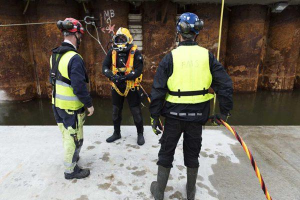 Foto: Kasper Dudzik. Göteborg 20170420. Första tunnelsektion sjösatt och flyter. Inspektion med dykare och ROV.