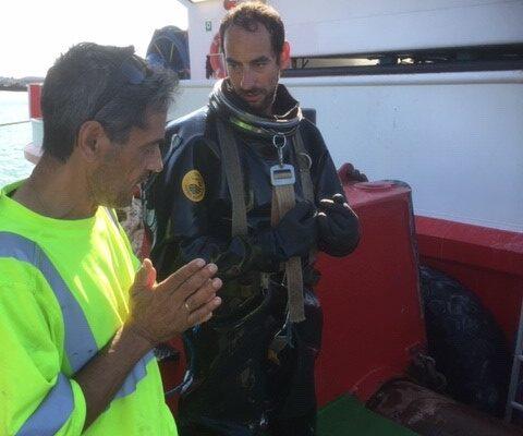 Cyes dykare diskuterar med kund