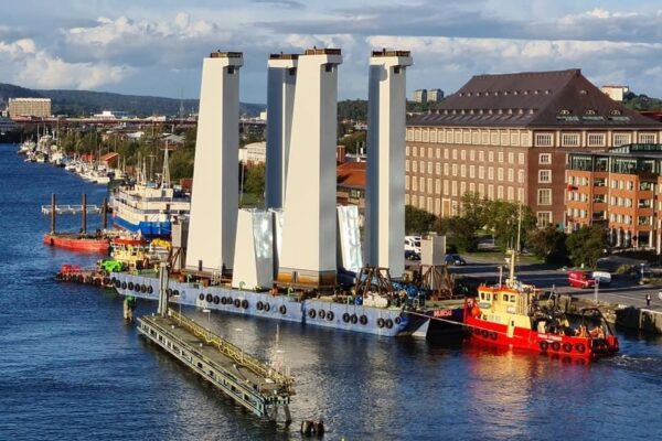 Hsingsbron pyloner fraktas