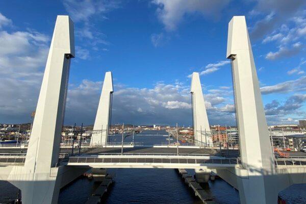 Hisingsbron - lyftbro av stål och betong tvärs